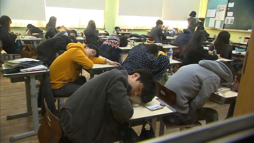 les étudiants en Corée du Sud étudient sans relâches pour parfaire leurs connaissances et luttent difficilement contre le sommeil